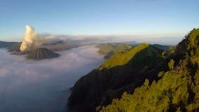 Flyg för flyg- sikt över den monteringsBromo vulkan under soluppgång arkivfilmer