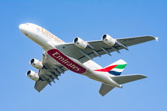 Flyg för flygbuss A380 på blå himmel Royaltyfri Fotografi