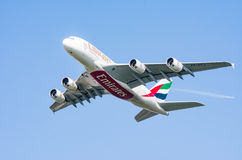 Flyg för flygbuss A380 på blå himmel Fotografering för Bildbyråer