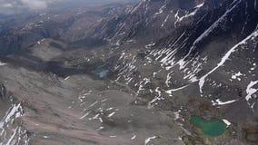 Flyg- is för materielvideomaterial på berg skott för sjöluft arkivfilmer