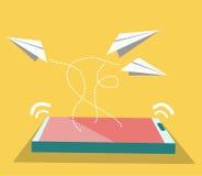 Flyg för pappers- flygplan från den smarta telefonen. Arkivfoton
