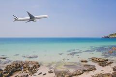 Flyg för passagerarenivå över härligt blått bruk för hav- och öhavsstrand för att resa för semester för sommarferie arkivbild