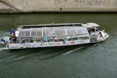 Flyg för Seine River kryssningskepp Royaltyfri Bild