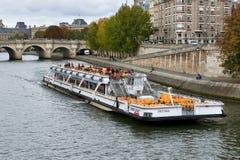 Flyg för Seine River kryssningskepp Fotografering för Bildbyråer