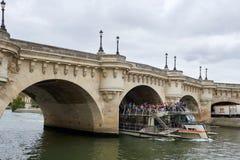 Flyg för Seine River kryssningskepp Royaltyfri Foto