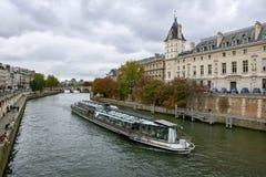 Flyg för Seine River kryssningskepp Royaltyfria Bilder
