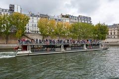 Flyg för Seine River kryssningskepp Arkivbild