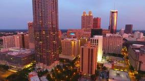 Flyg för flyg- sikt över i stadens centrum Atlanta på skymning Atlanta Georgia, kameraflyttningar som stiger upp lager videofilmer