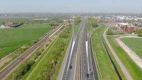 Flyg för flyg- sikt nära huvudvägen som förbinder de viktiga städerna av Holland Rörelse av bilar på autobahnen arkivfilmer