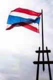 Flyg för Thailand flaggavåg på mörk himmel Royaltyfria Bilder