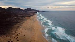 Flyg för Tid schackningsperiod över ökenstranden på den Fuerteventura ön, Spanien