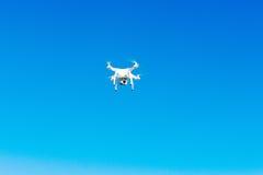 Flyg för Uav-surrhelikopter med den digitala kameran Hexacopter surr med den digitala kameran för hög upplösning på himlen Arkivbild