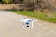 Flyg för Uav-surrhelikopter med den digitala kameran Hexacopter surr med den digitala kameran för hög upplösning på himlen Arkivbilder