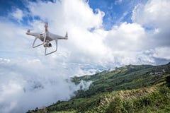 Flyg för Uav-surrhelikopter med den digitala kameran Surr med den digitala kameran för hög upplösning Arkivbilder