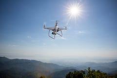 Flyg för Uav-surrhelikopter med den digitala kameran Surr med den digitala kameran för hög upplösning Royaltyfri Bild