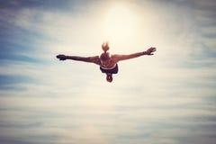 Flyg för ung man i himlen fotografering för bildbyråer