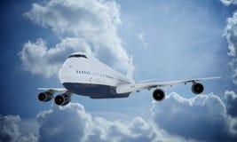 Flyg för vit nivå i himmel och moln Flygplan Boeing 747 Arkivfoton