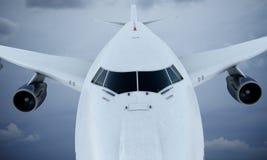 Flyg för vit nivå i himmel och moln Flygplan Boeing 747 Royaltyfria Bilder