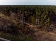 Flyg- filmiskt skott av det höga tornet för spänningsmetallstolpe arkivfoton
