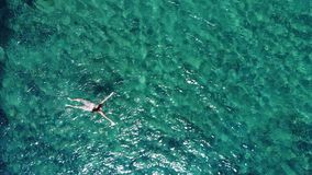 Flyg- fluga över aktiv simma kvinna i det blåa havet arkivfilmer
