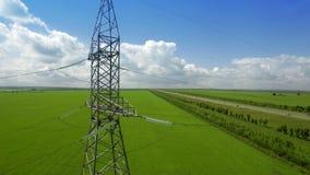 FLYG- fluga för panorama för grönt gräs för bakgrund för blå himmel för Hög-spänning tornsommar lager videofilmer