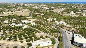Flyg- fluga längs spolningsvägen, olivträd, byn och det blåa havet, Kreta, Grekland stock video