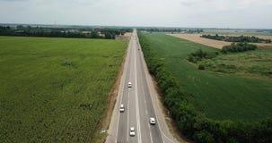 Flyg- fluga ?ver motorwayen, motorv?gtrafik - lastbilar och bilar p? v?gen arkivfilmer