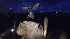 Flyg- flyg över Angelic Statue stock video