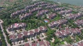 Flyg- flygskott av många lyxiga hem i ett exklusivt område lager videofilmer
