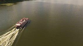 Flyg- flyttning av skäraren på floden 4K arkivfilmer