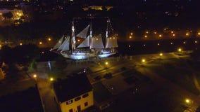Flyg- fotage av seglingskeppet på natten i centret arkivfilmer