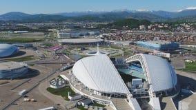 Flyg- fotbollsarena Fischt Sochi, Adler, Ryssland, olympisk fackla- och Fisht stadion som byggs för vinterOS arkivfoto
