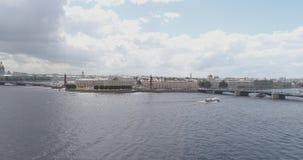 Flyg- foto för låg höjd av den St Petersburg nevaen med sikt av aktiemarknadfyrkanten och broar i sommardag Royaltyfria Foton