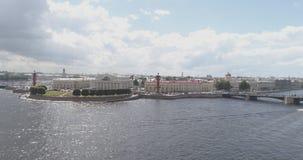 Flyg- foto för låg höjd av den St Petersburg nevaen med sikt av aktiemarknadfyrkanten och broar i sommardag Royaltyfri Fotografi