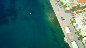 Flyg- foto för sikt för öga för surrfågel` s av yachthamnen med lugna vatten, Grekland arkivfilmer