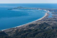 Flyg- fotografi av den Limantour stranden och punkt Reyes National Seashore royaltyfri bild