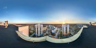 Flyg- full sömlös sfärisk för vinkelgrader för panorama 360 sikt från taket av mång--våning byggnad med sikt av den bosta royaltyfri fotografi