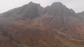 Flyg- gående nedåtriktad längd i fot räknat av ett majestätiskt enormt stenigt Munro berg i Skottland Bla Bheinn lager videofilmer