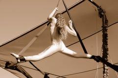 flyg- görande kvinnligsplits för akrobat Arkivbilder