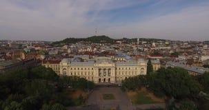 Flyg- gammal stad Lviv, Ukraina Central del av den gamla staden Tätt befolkade områden av staden Ivan Franko National arkivfilmer