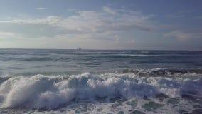 Flyg- glidande stormiga vågor för ho till havstankfartyget på horisonten royaltyfria bilder