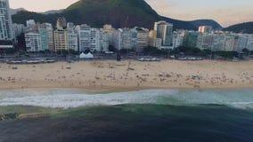 Flyg- granskning av panoraman av stranden av Copacabana och strandbostadsområdet av Rio de Janeiro Shevelev lager videofilmer