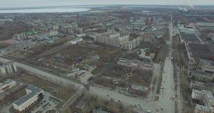 Flyg- granskning på stad Sikt från himlen på rysk stad Den flyg- stadssikten på hus, gator och parkerar Grå himmel och arkivfilmer