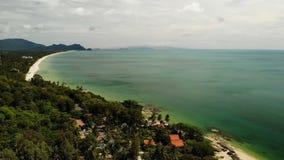 Flyg- härlig seascape, tropisk vit sandig strand, turkosvatten Exotiskt Thailand för bästa surrsikt landskap lager videofilmer