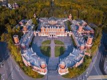 Flyg- höstsikt av den Petroff slotten, Ryssland Petrovsky slott moscow royaltyfria bilder