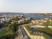 Flyg- helikoptersikt av det ChateauFrontenac hotellet och gammal port i Quebec City Kanada Arkivbilder