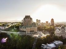 Flyg- helikoptersikt av det ChateauFrontenac hotellet och gammal port i Quebec City Kanada Arkivfoton