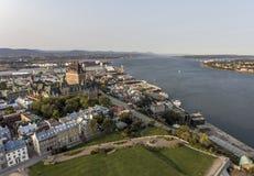 Flyg- helikoptersikt av det ChateauFrontenac hotellet och gammal port i Quebec City Kanada Royaltyfria Bilder