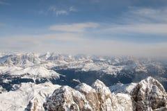 Flyg- himmelsikt för Dolomites som tas från helikoptern i vinter Royaltyfri Bild