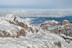 Flyg- himmelsikt för Dolomites som tas från helikoptern i vinter Arkivbilder